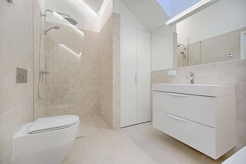 Czym powinny charakteryzować się szafki łazienkowe